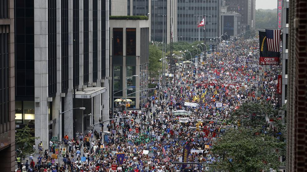 2014年9月21日ニューヨークでの温暖化マーチ: 6番街を埋めつくす人々(The Weather Channel)