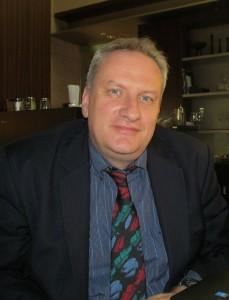 """トマス・アッカーマン(Thomas Ackermann) 自然エネルギーのコンサルタント会社・EnergynauticsのCEO 兼共同創設者。ドイツ、スウェーデン、デンマーク、米国などの風力発電業界および電力業界での業務経験をもつ。現在、ストックホルム王立科学院 (スウェーデン)およびドイツのダルムシュタット工科大学(ドイツ)で講師を務める。毎年開催される""""Wind and Solar Integration Workshop""""を 主催、電力業界や発展途上国に向けて、自然エネの系統連系に関する発言を続けている。ベルリン工科大学(ドイツ)で、機械工学の修士号およびMBA、ダンディン大学(ニュージーランド)で物理学の修士号、ストックホルム王立科学院で博士号を取得。"""