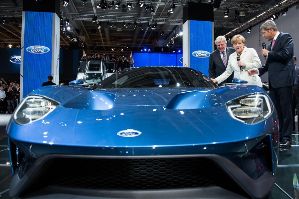 自動車産業との接近:フランクフルト国際モーターショー2015でのメルケル首相 Photo: Bundesregierung/Kugler.