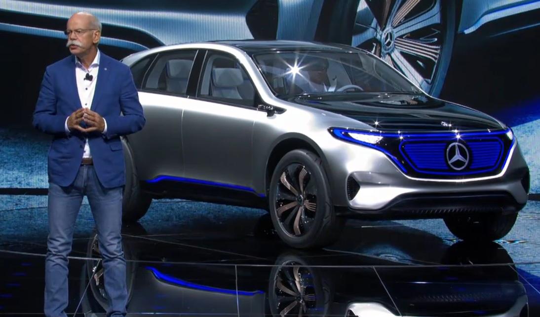 パリの自動車ショーで電気自動車EQを紹介するダイムラーCEO のディーター・ゼッチェ氏. Photo: © Daimler presentation.