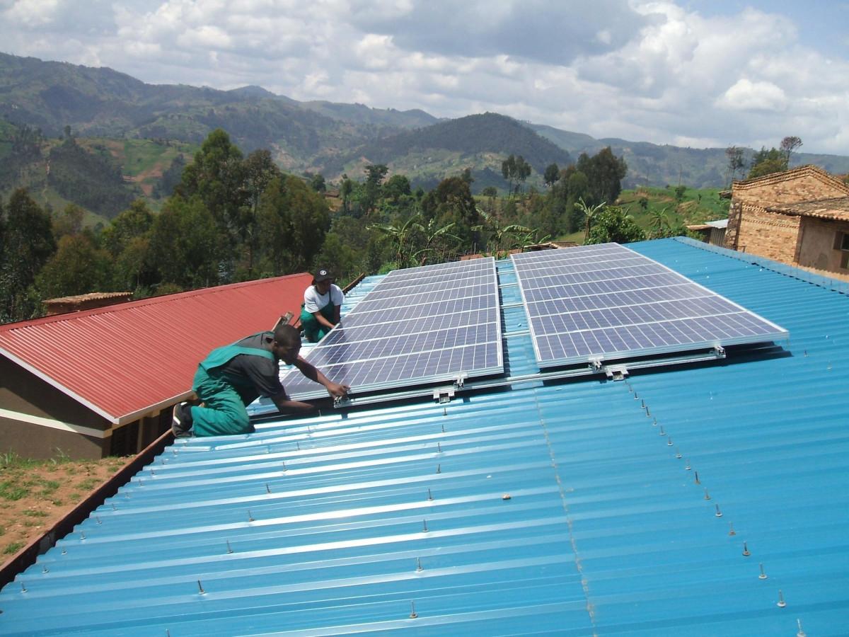 アフリカでのオフグリッド施工:途上国では再エネプロジェクトの初期投資を集めることが困難(写真:BSWSolar)